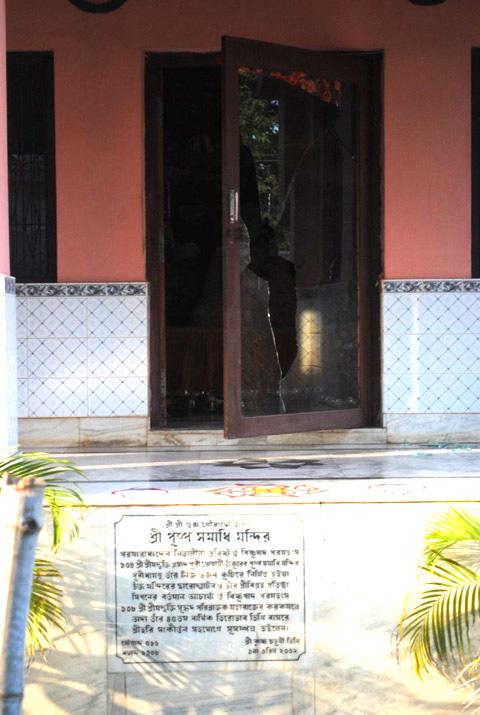 Holy-Puspa-Samadhi-of-HDG-108-Srila-Bhakti-Prasad-Puri-Maharaj,-Ananta-Vasudeva-Prabhu