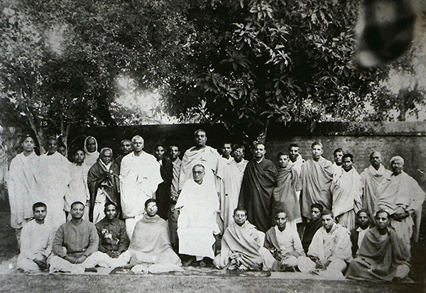 srila-bhaktisiddhanta-saraswati-thakur-and-his-disciples