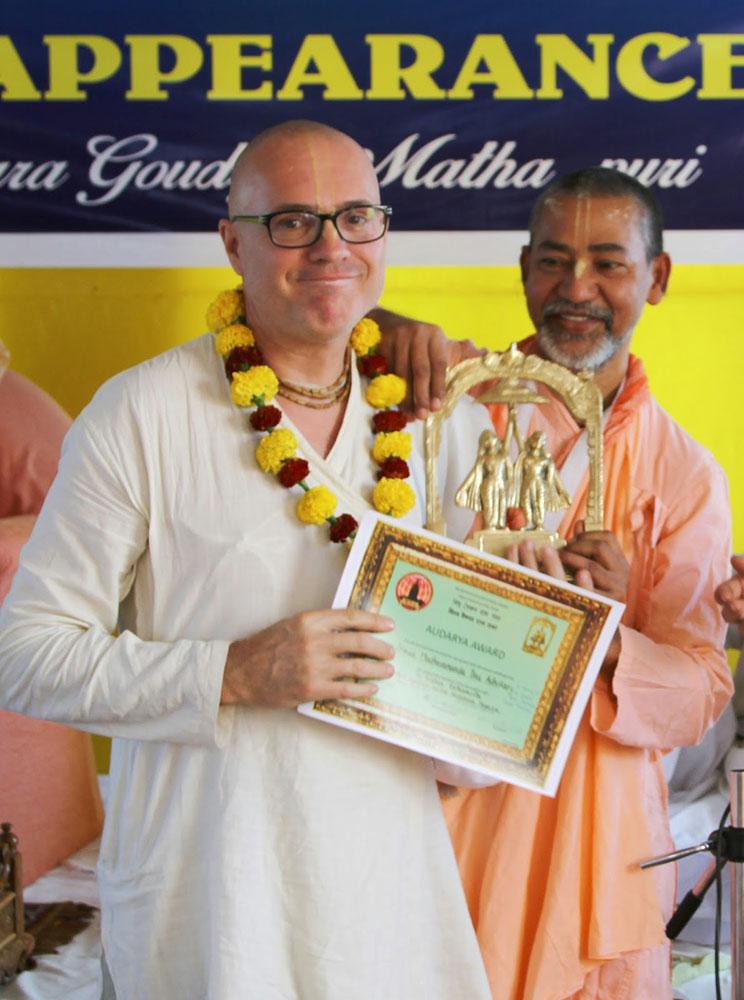 Madhavananda Prabhu receiving the Audarya Award and certificate