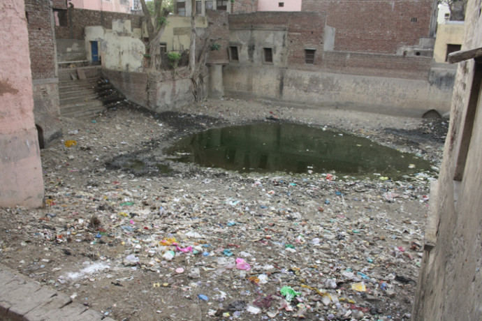 empty-pond-in-vrindavan_1461681489