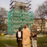 The Master Architect Ravi Shankar in front of the Gopura in Berlin