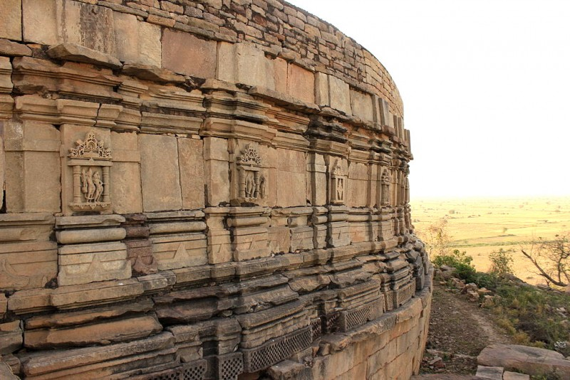 Chausath_Yogini_Temple_side_view1-800x534