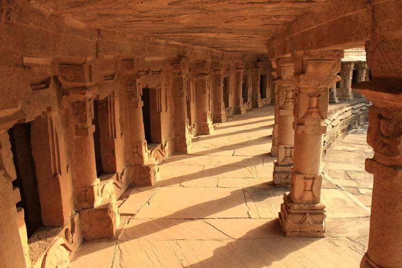 The_outer_circle_of_Chausath_Yogini_Temple_Every_shrine_has_a_Shiva_Linga_inside_it1-800x534