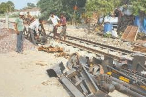 gate-installation-on-the-tracks-of-mathura-vrindavan-railbus