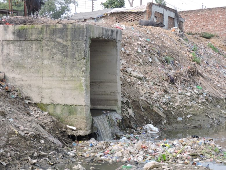 sewer-line-fallig-still-falling-yamuna-pic-prawal-saxena-780x585
