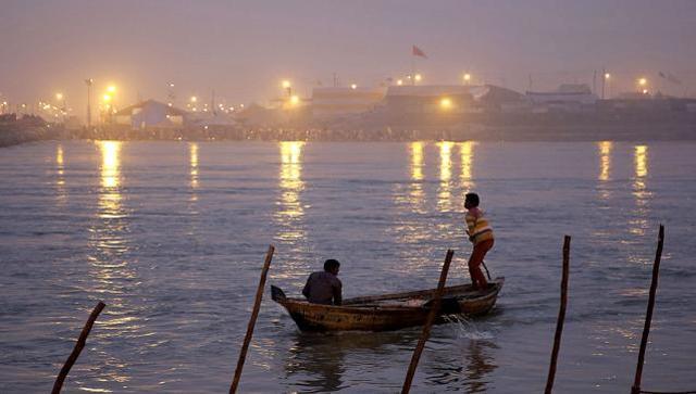 a-man-rows-a-boat-at-sangam_084b5f1e-84e0-11e6-ad59-fe0cd67003de