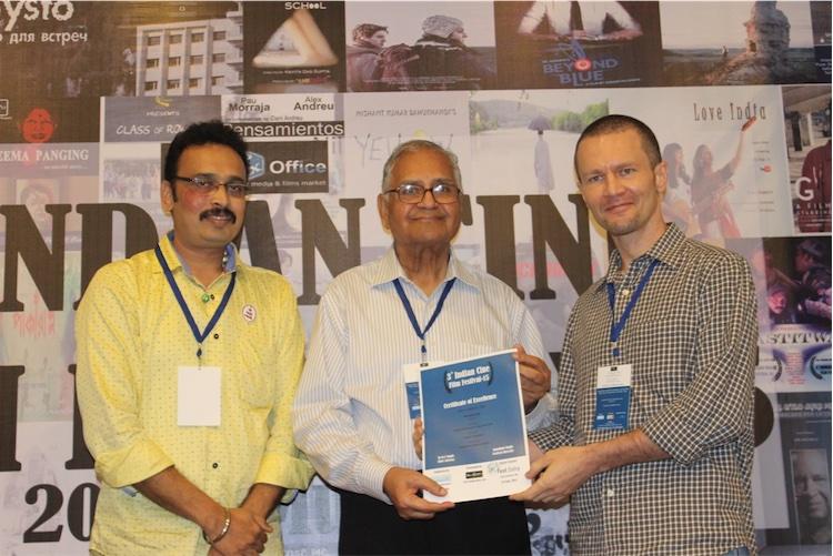 Shyam Gopal (Maxim Varfolomeev) receives an award from G.L.Bhardwaj at 3rd Indian Cine Film Festival, Mumbai, September 2015.