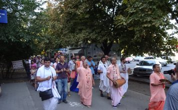 Bhakti Vichar Vishnu Maharaja in Harinam Sankirtan